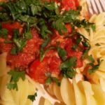 Makaron z tuńczykiem w sosie pomidorowo-paprykowym [PRZEPIS]